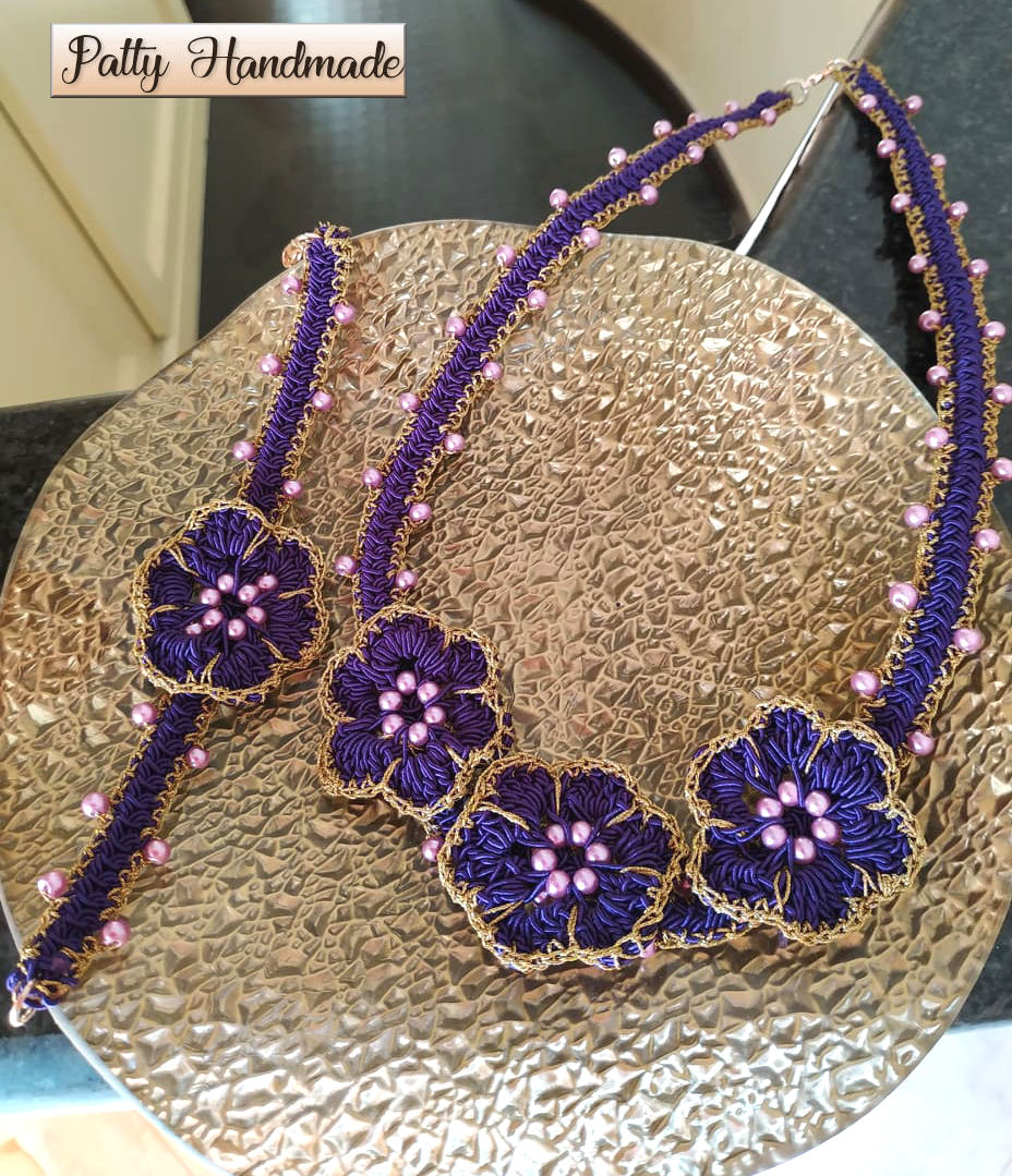 Set collana e bracciale con fiori ad uncinetto