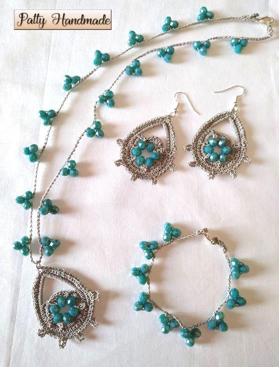 Set collana, bracciale ed orecchini con ciondolo ad uncinetto con perline