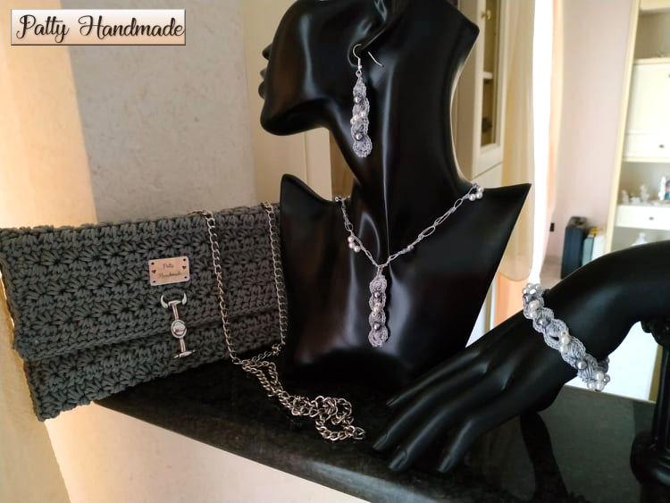 Set pochette donna  con gioielli tessili abbinati in color argento