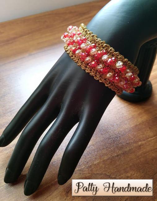 Bracciale realizzato ad uncinetto con filato lurex e mezzi cristalli rossi e avorio