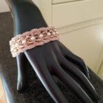 Bracciale realizzato ad uncinetto con filato in viscosa e lamé color rosa/oro e mezzi cristalli