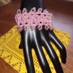 Bracciale realizzato ad uncinetto sui toni del rosa