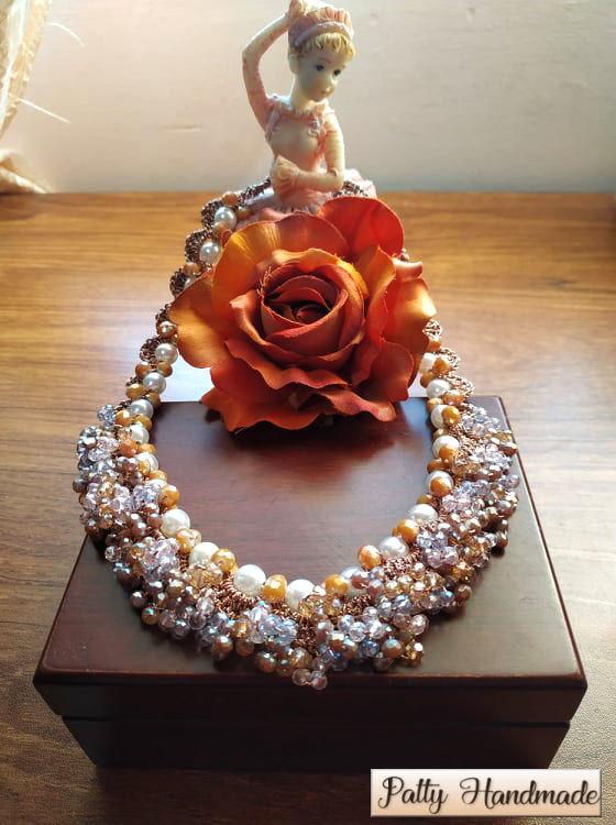 Collier realizzato ad uncinetto con perle e mezzi  cristalli