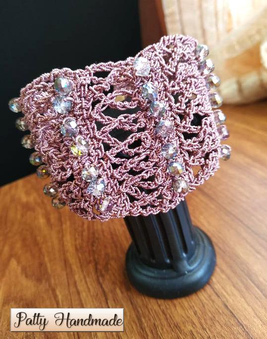 Bracciale a fascia realizzato ad uncinetto nei toni del rosa antico