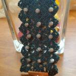 Bracciale realizzato ad uncinetto con filato in viscosa lucida e mezzi cristalli