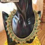 Collier realizzato ad uncinetto con filato color oro e mezzi cristalli verdi