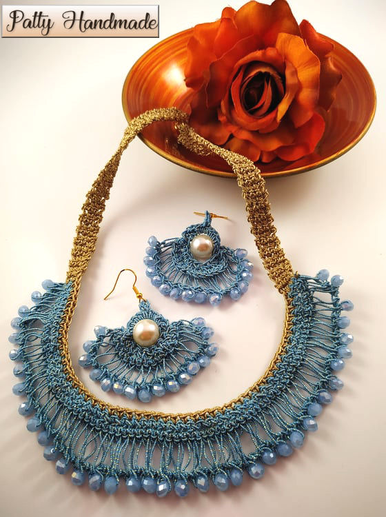 Collana e orecchini realizzati ad uncinetto con filato gioiello e mezzi cristalli sui toni dell'azzurro