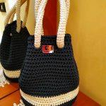 Piccola borsa a secchiello in colore blu notte e beige realizzata ad uncinetto