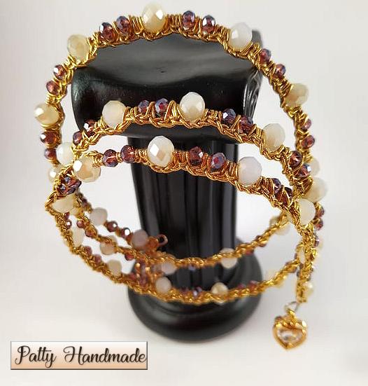 Bracciale realizzato ad uncinetto con molla armonica, filato in lamé e mezzi cristalli