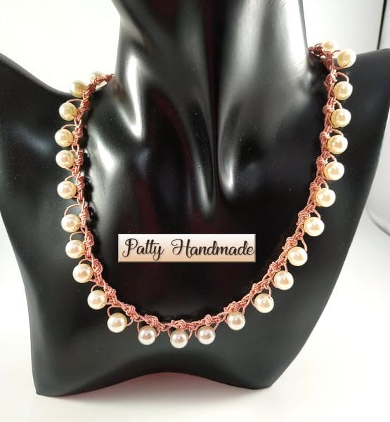Collier realizzato ad uncinetto con filato in lamé e perle
